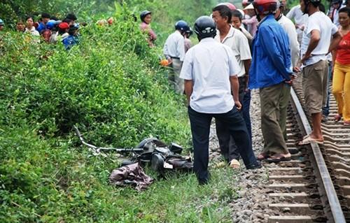 Liều mình băng qua đường sắt, nữ sinh bị tàu đâm tử vong - anh 2