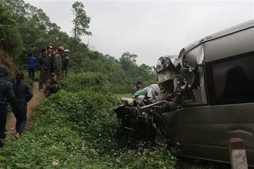"""Nguyên nhân vụ xe khách """"đấu đầu"""" xe container khiến 2 người chết, 6 người bị thương - anh 2"""