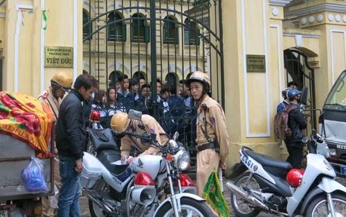 Ngày đầu tiên CSGT Hà Nội đồng loạt xử phạt học sinh không đội mũ bảo hiểm - anh 1