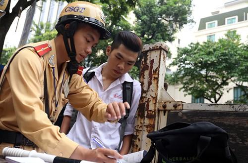 Ngày đầu tiên CSGT Hà Nội đồng loạt xử phạt học sinh không đội mũ bảo hiểm - anh 2