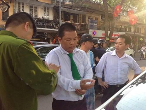 """Tài xế taxi Mai Linh bị ba """"chân dài"""" đánh trọng thương giữa phố - anh 1"""