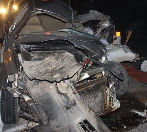 Tai nạn kinh hoàng khiến xế hộp bẹp rúm, 2 thầy giáo chết thảm - anh 1