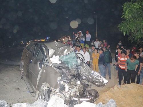 Ôtô 7 chỗ đấu đầu xe tải, 2 người chết tại chỗ - anh 1