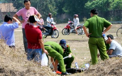 Phát hiện một thanh niên chết bất thường giữa bãi đất trống - anh 1