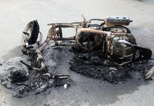 Chủ nhân hoảng hốt lấy áo dập lửa khi xe Attila bất ngờ bốc cháy - anh 2