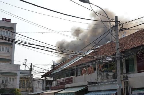 Điều tra nguyên nhân cháy hàng loạt nhà trong hẻm ở TP HCM - anh 1