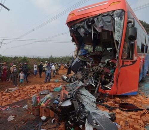 Xe khách đâm xe tải lúc rạng sáng: 2 người chết, hàng chục người bị thương - anh 1