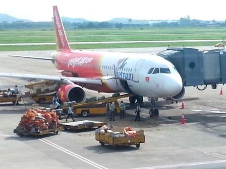 Hành khách bất ngờ mở cửa thoát hiểm máy bay để đi vệ sinh - anh 1