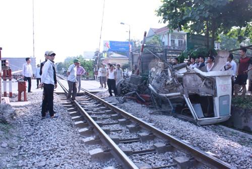 Nghệ An: Ô tô tải mất lái đâm đầu vào tàu hỏa, tài xế mắc kẹt trong ca bin - anh 1