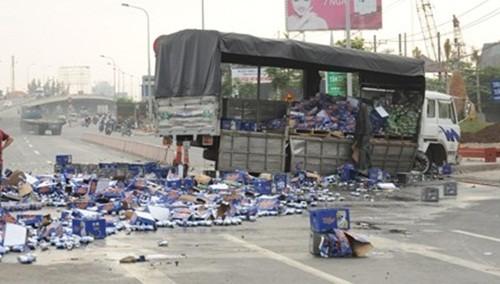 """Hàng trăm thùng bia văng ra đường khi xe tải mất lái, không ai """"hôi của"""" - anh 1"""
