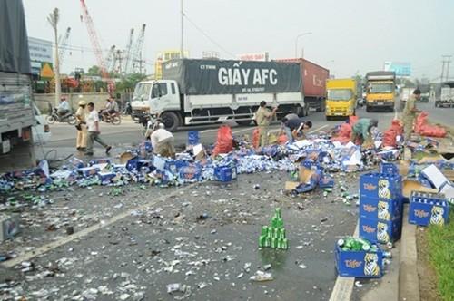 """Hàng trăm thùng bia văng ra đường khi xe tải mất lái, không ai """"hôi của"""" - anh 2"""