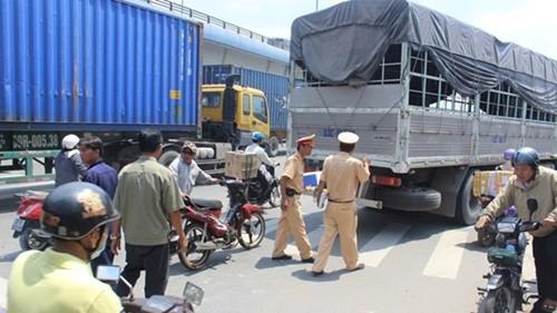 Bị xe tải tông chết khi dừng đèn đỏ - anh 2