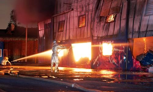 Bình Dương: Cháy lớn kho chứa hoá chất, hơn trăm cảnh sát dập lửa suốt đêm - anh 1