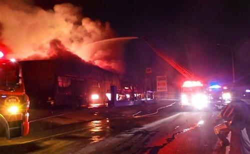 Bình Dương: Cháy lớn kho chứa hoá chất, hơn trăm cảnh sát dập lửa suốt đêm - anh 2