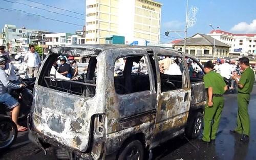 Tiền Giang: Xe khách bất ngờ cháy rụi giữa cầu - anh 1