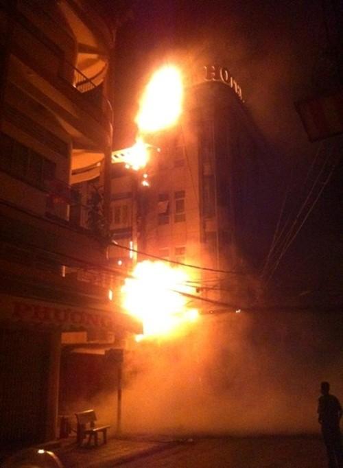 Cháy khách sạn lúc rạng sáng, nhiều khách tháo chạy - anh 1