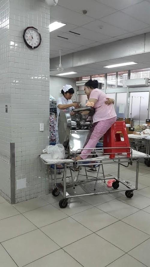 Người phụ nữ nhập viện với bàn tay kẹt trong máy xay thịt - anh 1
