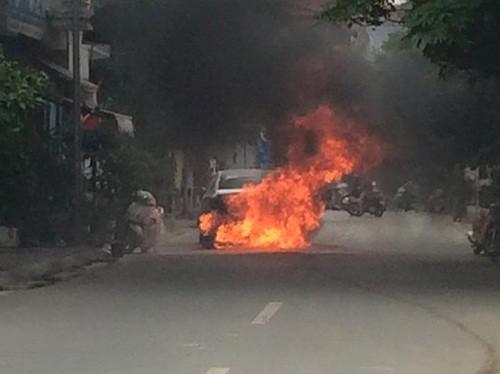 Hà Nội: Ô tô bốc cháy ngùn ngụt giữa phố - anh 1
