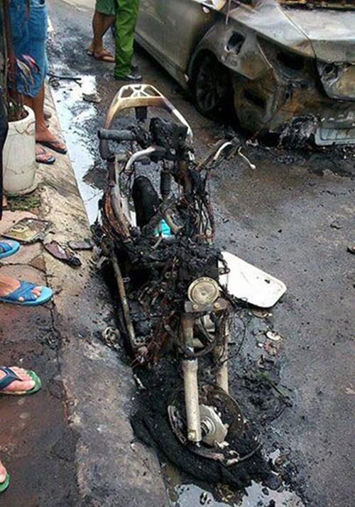 Hà Nội: Ô tô bốc cháy ngùn ngụt giữa phố - anh 3