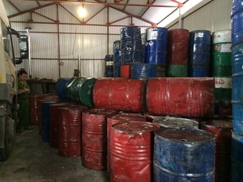 Hà Nội: Phát hiện 2 xưởng chế biến hàng trăm thùng phuy mỡ động vật không rõ nguồn gốc - anh 1