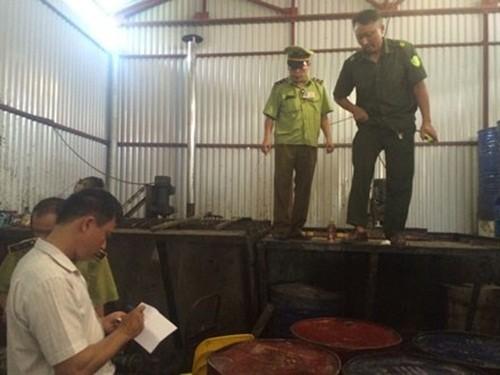 Hà Nội: Phát hiện 2 xưởng chế biến hàng trăm thùng phuy mỡ động vật không rõ nguồn gốc - anh 2