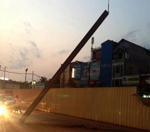 Hà Nội: Thanh sắt dài 10m tại công trường đường sắt trên cao bất ngờ rơi xuống đường - anh 1
