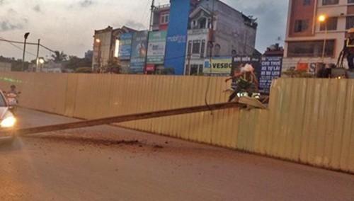 Hà Nội: Thanh sắt dài 10m tại công trường đường sắt trên cao bất ngờ rơi xuống đường - anh 2