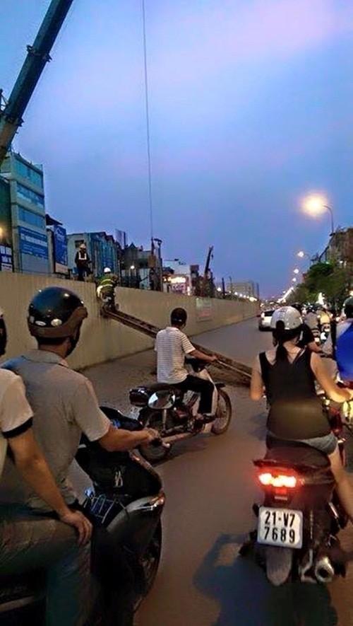 Hà Nội: Thanh sắt dài 10m tại công trường đường sắt trên cao bất ngờ rơi xuống đường - anh 3