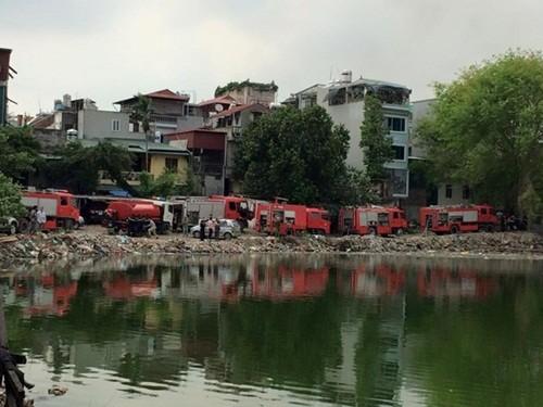 Hà Nội: Cháy lớn khu vực nhà tạm ven hồ Linh Quang - anh 2