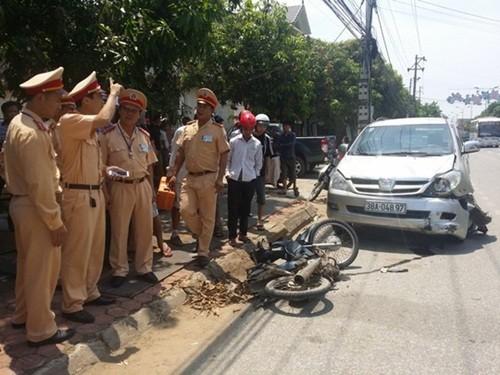 Truy bắt tài xế tông chết người rồi kéo xe máy bỏ chạy 3 km - anh 1