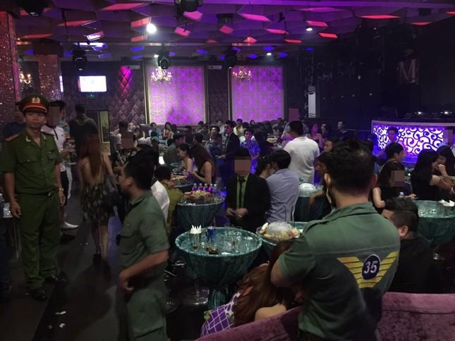 Cảnh sát đột kích quán bar Top 9, nhiều dân chơi ném vội ma tuý xuống sàn nhà - anh 1