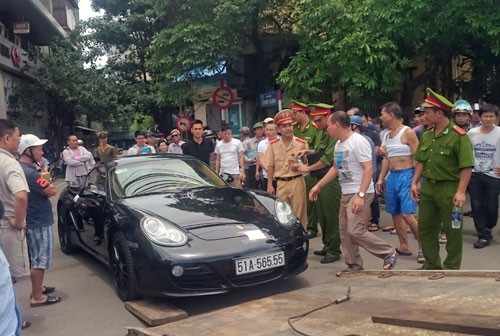 Bị phát hiện đi ngược chiều, tài xế xe Porsche quyết cố thủ trên xe - anh 1