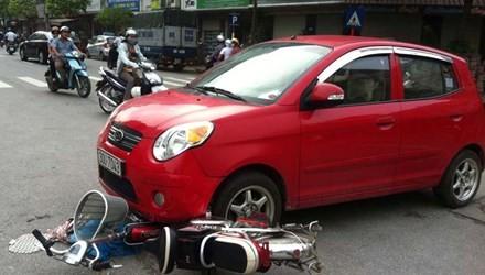 Xe đạp điện bị cuốn vào gầm ô tô, nữ sinh may mắn thoát chết - anh 1