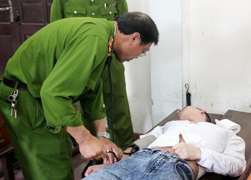 Vụ nổ mìn trên xe khách: Bị cáo ngất xỉu tại phiên toà sơ thẩm - anh 4