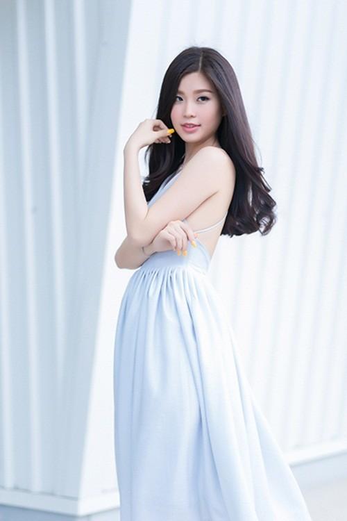Á hậu Diễm Trang gây bất ngờ với hình ảnh gợi cảm trên phố - anh 1