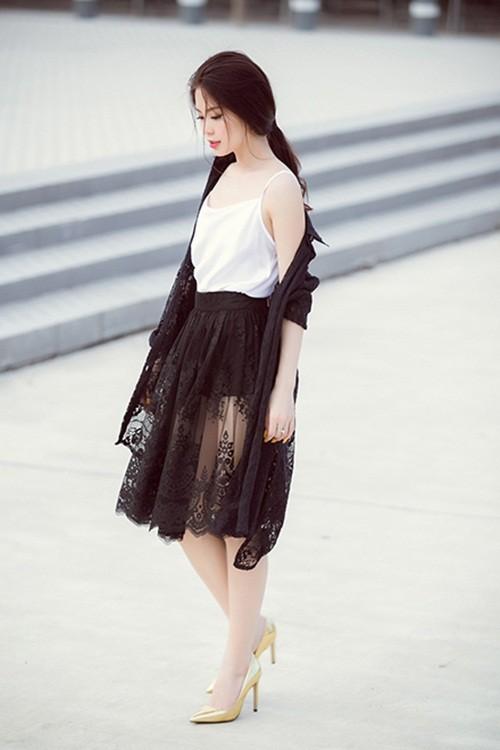 Á hậu Diễm Trang gây bất ngờ với hình ảnh gợi cảm trên phố - anh 4