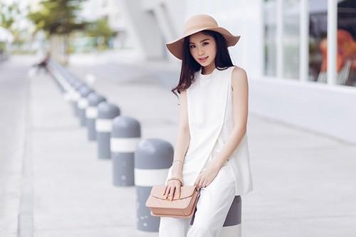 Á hậu Diễm Trang gây bất ngờ với hình ảnh gợi cảm trên phố - anh 9