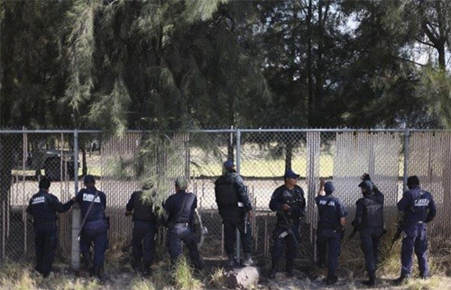 Mexico: Đấu súng giữa cảnh sát và tội phạm ma tuý, hàng chục người thiệt mạng - anh 1