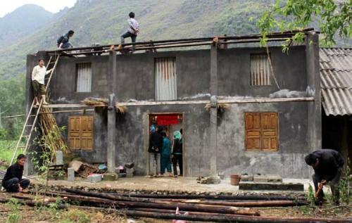 Hà Giang: Gió lốc gây sập nhà, bé 8 tháng tuổi tử vong - anh 1