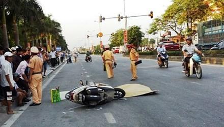 Ngã xuống đường sau va chạm, người phụ nữ bị xe tải cán chết - anh 1