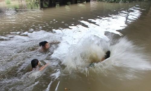 Bình Phước: Rủ nhau tắm hồ, 4 học sinh chết đuối thương tâm - anh 1