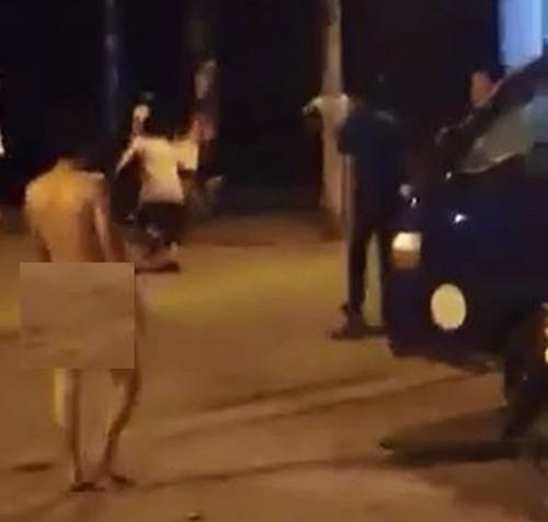 Hà Nội: Nam thanh niên khoả thân gây loạn trên phố - anh 2