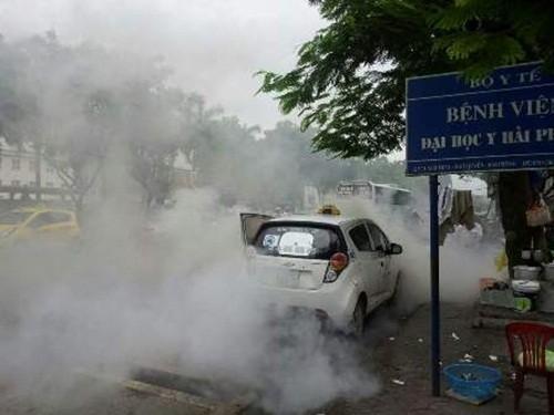Hải Phòng: Taxi bất ngờ bốc cháy, nhiều người hoảng loạn - anh 1