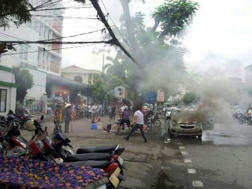 Hải Phòng: Taxi bất ngờ bốc cháy, nhiều người hoảng loạn - anh 2