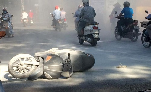 Hà Nội: Xe tay ga bất ngờ bốc cháy dữ dội khi đang chạy trên đường - anh 1