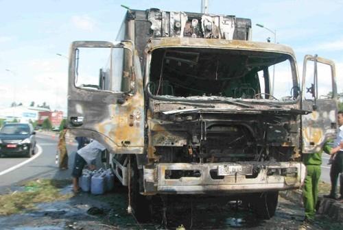 Hai cha con may mắn thoát chết khi xe tải bốc cháy - anh 1