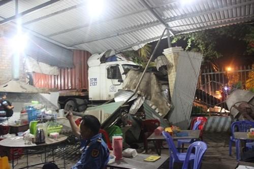 TP HCM: Xe container đâm sập nhà dân lúc nửa đêm - anh 1
