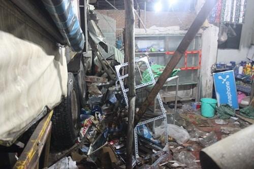 TP HCM: Xe container đâm sập nhà dân lúc nửa đêm - anh 2