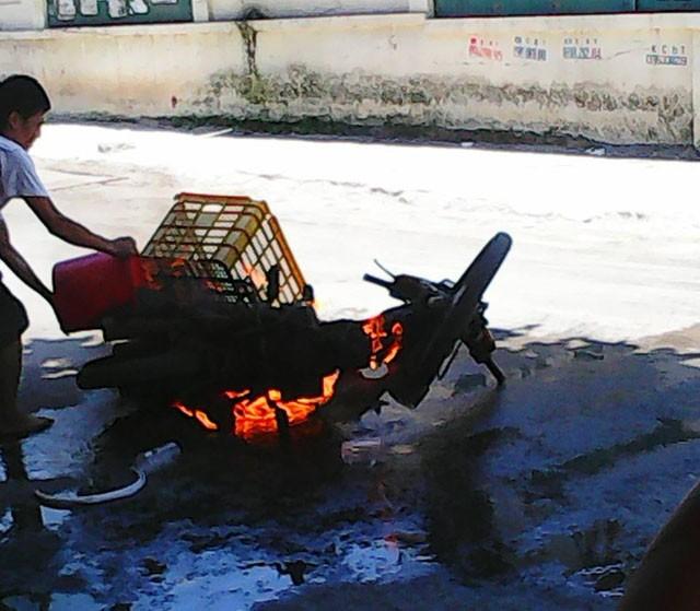 Hà Nội: Hoảng hồn phát hiện xe Dream bốc cháy giữa phố - anh 1