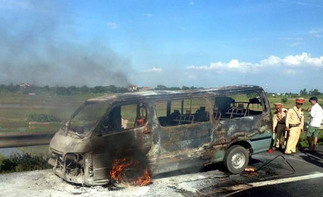 Ô tô 16 chỗ cháy rụi trên cao tốc Pháp Vân - Cầu Giẽ - anh 1
